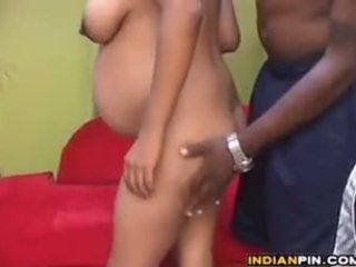 Gravid indisk med en stor svart guy
