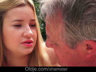 Cherry helder delicious lips lets grootvader sperma in haar bips
