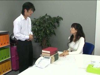 Asia kantor prawan in kathok jero and her coworker