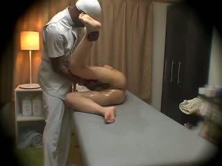 Hustru molested av svart masseur