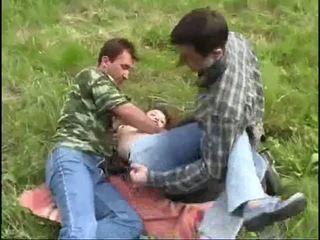 Jovem gaja raped por two guys em o floresta