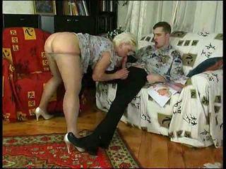 Καυλωμένος/η μαμά σε ζαρτιέρες teaches lad