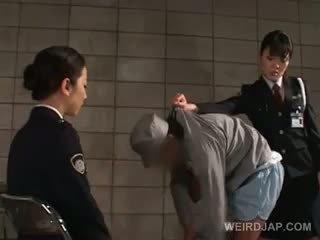 迪克 starved 亞洲人 警察 女 giving 灰機 在 監獄