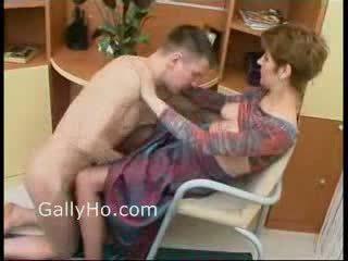 Mère forcé à baise son fils