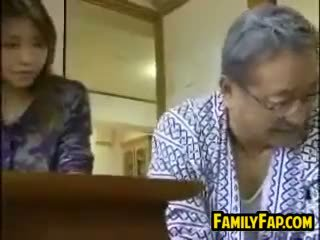 Азиатки стъпка дъщеря с на стар мъж