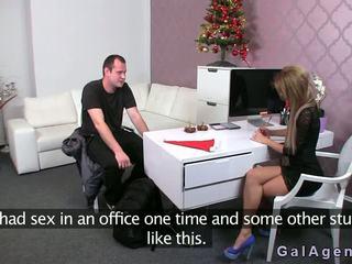 Female agent gives një stimulim me këmbë në të saj zyrë