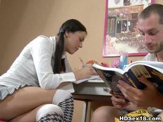 Mladý bruneta turns studying do horký pohlaví