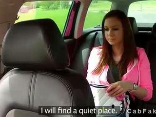 Krūtinga brunetė paauglys pakliuvom į fake taxi