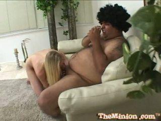 Aaliyah jolie jesti off a mini tič od a cubby chap