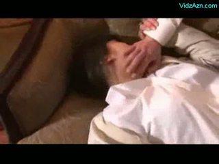 Asiatisk jente getting rapped licked tvang til suge kuk av 2 gu