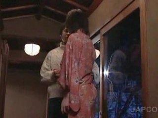 E ëmbël aziatike geisha getting gjuhë kissed dhe këmbë licke