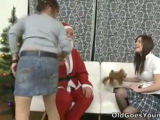 Svetlana і її сексуальна молодий female друг сидіти discussing сексуальна things в її додому