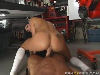 Sexy brunette gets baisée à partir de une mechanic's vidéo