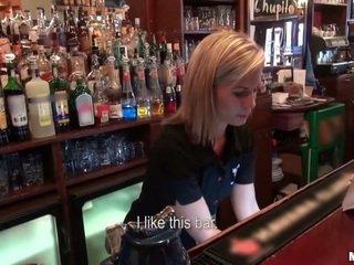 Kto chcel na súložiť a barmaid?
