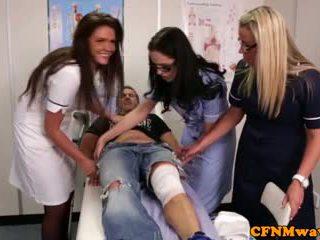 Nurses adele a emma tugging kohout těžký