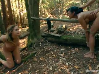 Tied üles chanel preston has tema pruun tunnel bumped sisse a metsas