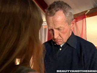 Seksualu šviesiaplaukis paauglys lisa žįsti an senas varpa