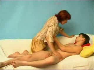 الروسية صبي مارس الجنس بواسطة ناضج عمة فيديو