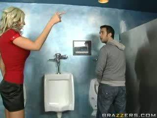 Bêbeda milf sucks em quarto de banho!