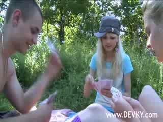 Аматьори тройка licking outdoors