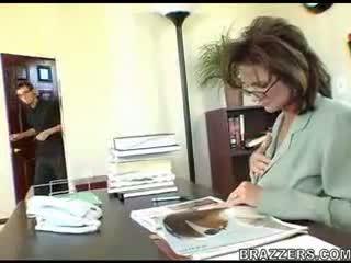 bureau, les mamans et les garçons