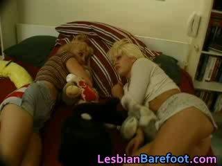 Heiß blondie lezzies having spaß mit spielzeug