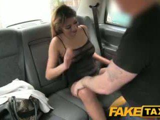 Faketaxi seksuālā dāma uz tīkliņzeķes veļa