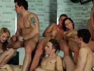 Bisexuel orgie cumshots