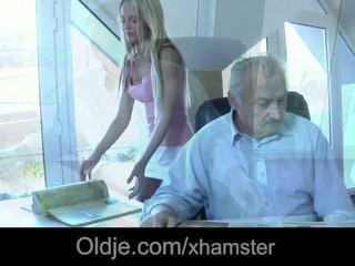 年轻 女佣 口 满 的 射精 后 他妈的 老板 老