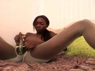 Tempting tiener zwart vriendin in blank nylons aisha anderson rubbing poesje met een glas dildo