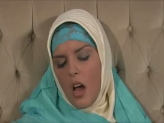 Imeilus muslima sisse hijab koos suur keha on a sexaddict