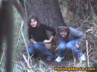 Flickor fångad kissar inuti den skogs