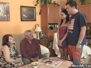 Vieux parents avoir laid son comme il leaves
