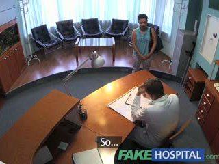 Fakehospital pasient overhears doktor knulling sykepleier deretter fucks ham også