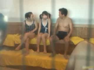 เกี่ยวกับเอเชีย สาวๆ เป็น ร้อน และ อาบน้ำ ใน the spa