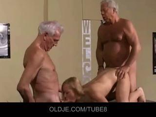 Appetizing jeune blonde en an vieux plan a trois