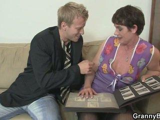 Eski kadın enjoys sigara zor deli