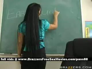 Gros seins brunette prof à école going par an earthquake