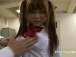 Écolière getting son chatte et petit seins rubbed avec bite suçage guy en la classroo