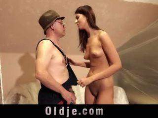 古い 男 と 若い 背の高い 女の子 セックス 遊ぶ