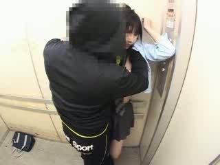 Schoolgirls sờ mó trong một trường học elevator