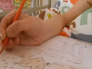 วัยรุ่น เด็กนักเรียนหญิง doing hole homework