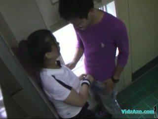 Asiatique fille en formation robe suçage bite licked et fingered baisée à partir de derrière en la toilette