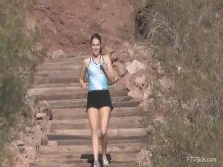 Emilie goes untuk yang jog dan stretcthis persons