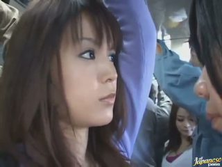 חצאית למעלה ירייה של a חמוד סיני ב a crowded אוטובוס