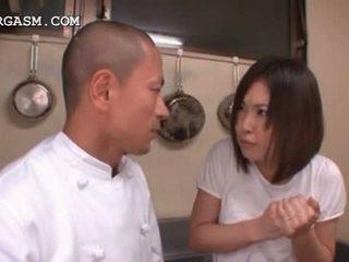 Asia pelayan wanita gets tetek grabbed oleh dia bos di pekerjaan