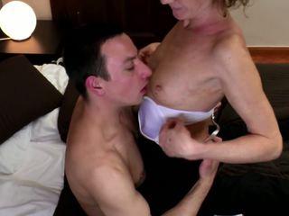 Бабуся трахкав в волохата манда з молодий пеніс: hd порно 98