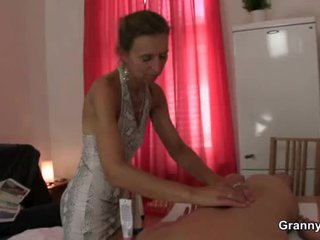 Vecs masseuse gets viņai matainas kampiens pounded