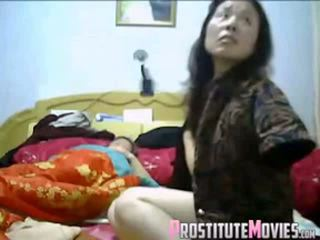 Warga asia pasangan panas bertiga dengan pembantu rumah