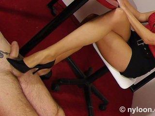 Nilon pantyhosed secretara gives shoejob și laba cu piciorul